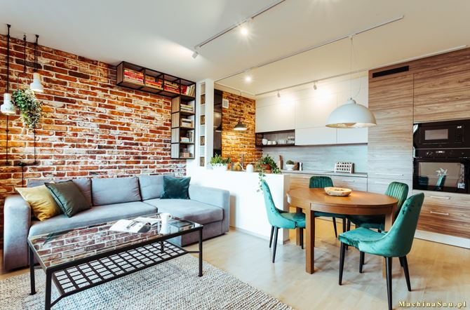 Otwarta na salon kuchnia z niską ścianą działową