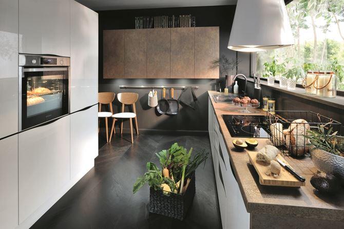 Nowoczesna kuchnia z dużym oknem. Fot. BRW