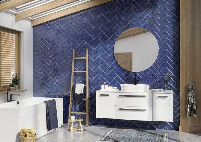 Niebieska łazienka z białymi dodatkami