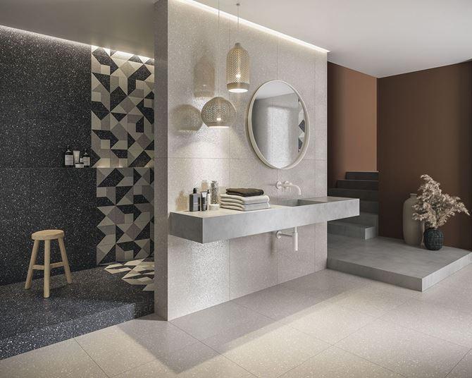 Biało-szara łazienka glamour z dekoracyjnymi ścianami
