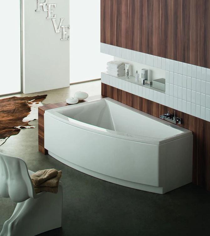 wanna Clarissa w łazience z drewnem na ścianie