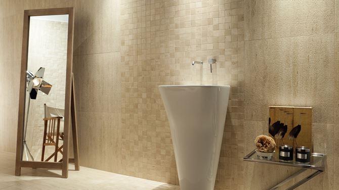 Beżowa łazienka z mozaikową ścianą