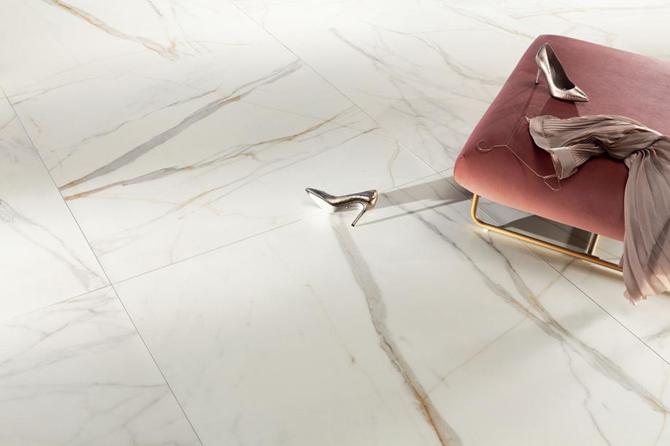 Podłoga wykończona marmurową płytą