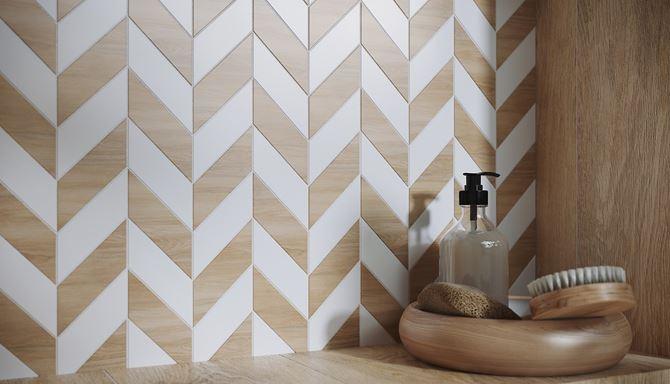 Biała mozaika z elementami drewna