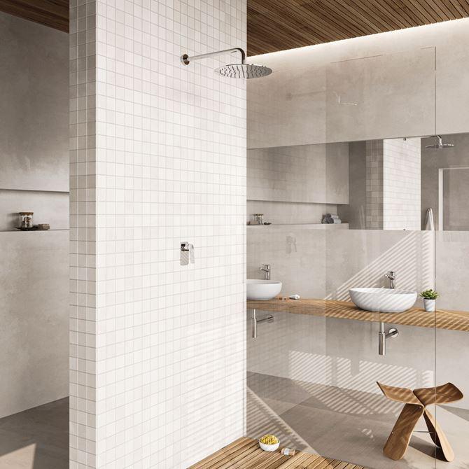 Skandynawska łazienka z szarością i drewnem