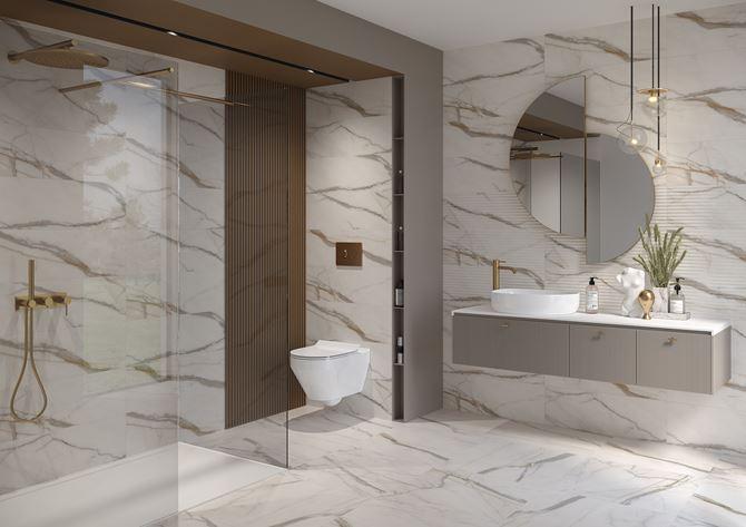Marmurowa, biała łazienka w stylu glamour