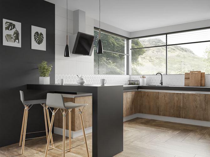 Połączenie czerni i drewna w kuchni