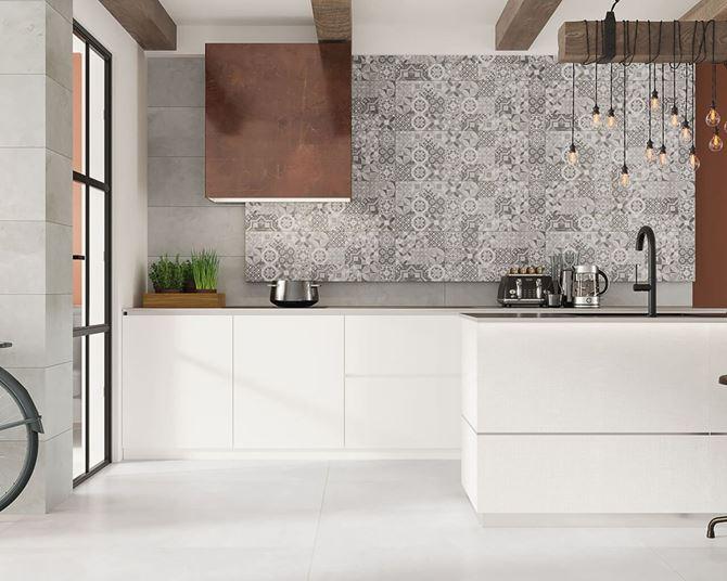 Kuchnia z patchworkową ścianą
