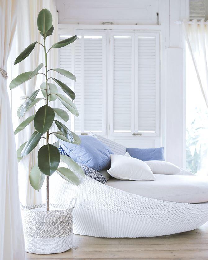 Biały salon z shuttersami
