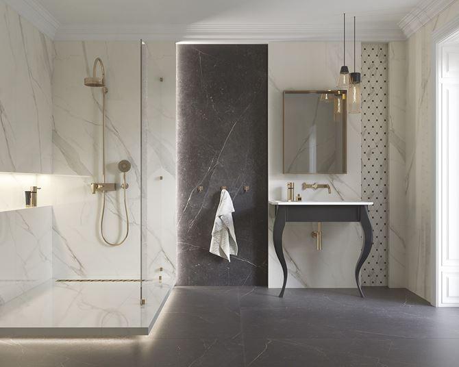 Łazienka glamour z białym marmurem