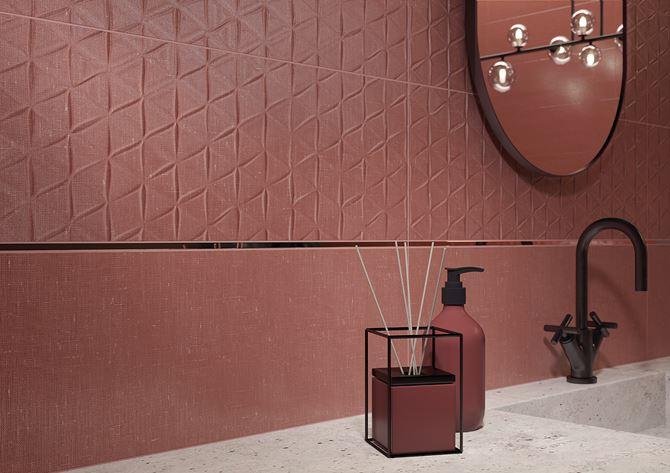 Ściana w łazience z czerwonymi płytkami