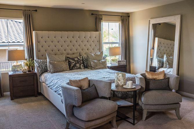 Klasyczna sypialnia z tapicerowanymi meblami