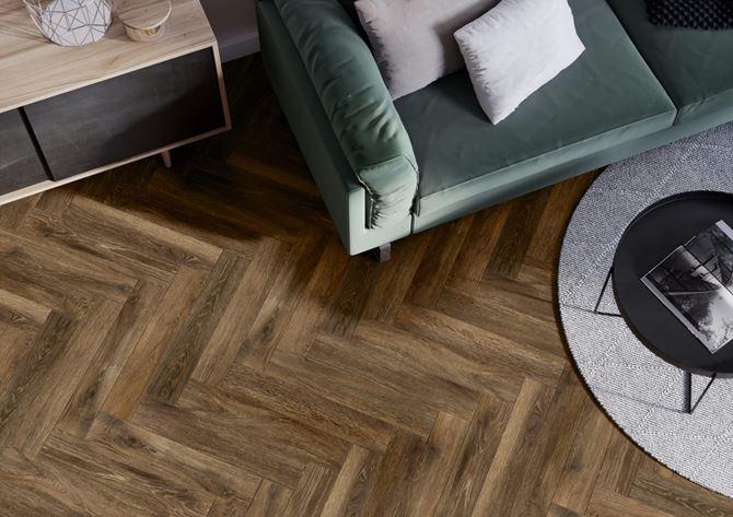 Ciemna, drewniana podłoga w salonie