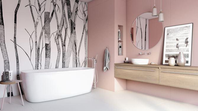 Różowa łazienka z wanną wolnostojącą