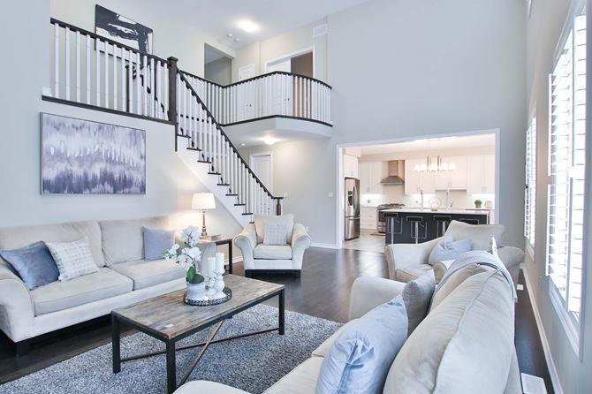 Jasny, klasyczny salon ze schodami
