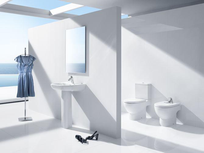 Przestrzenna łazienka w bieli