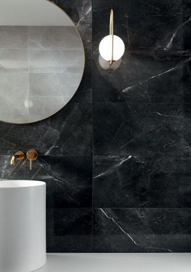 Łazienka z czarną ścianą o wyglądzie kamienia