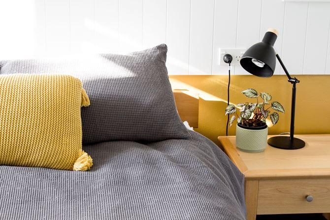 Zółto-szara sypialnia