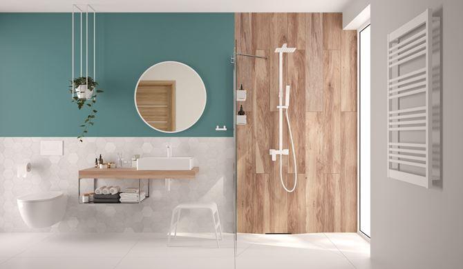 Nowoczesna łazienka z kabiną walk-in i białą armaturą