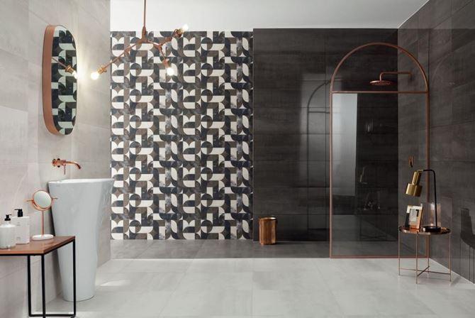 Biało-brązowa łazienka z retro dekorami