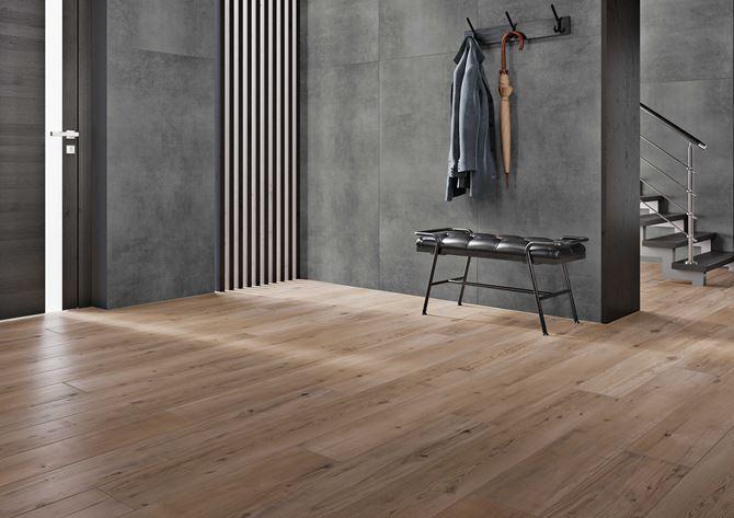 Przestronny przedpokój gdzie drewno łączy się z betonem