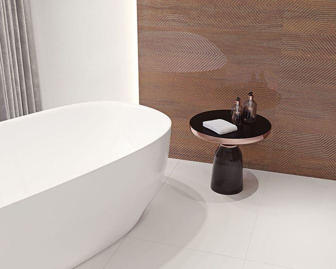 Miedziana ściana w łazience