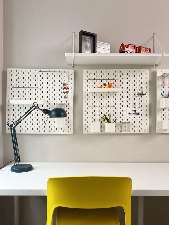 Modułowe półki nad biurkiem