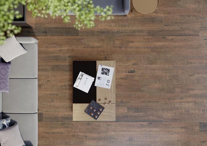 Cerrad Nickwood Marrone - Brązowa drewnopodobna płytka w salonie