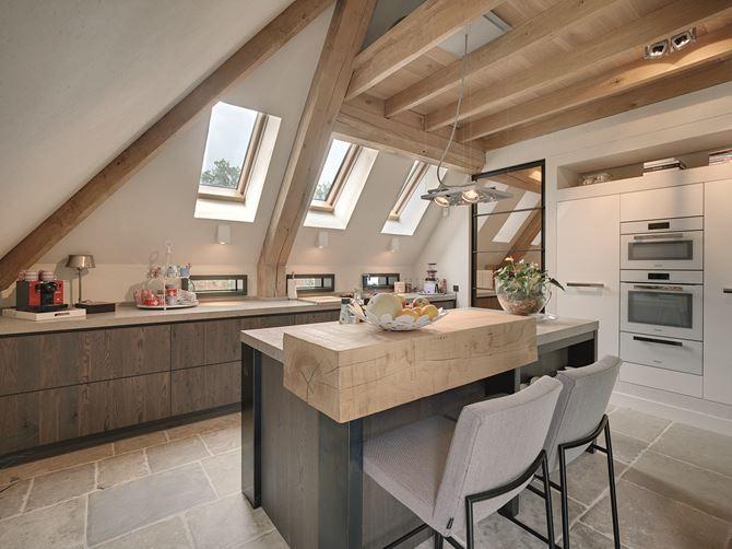 Jasna kuchnia na poddaszu z dużym oknem