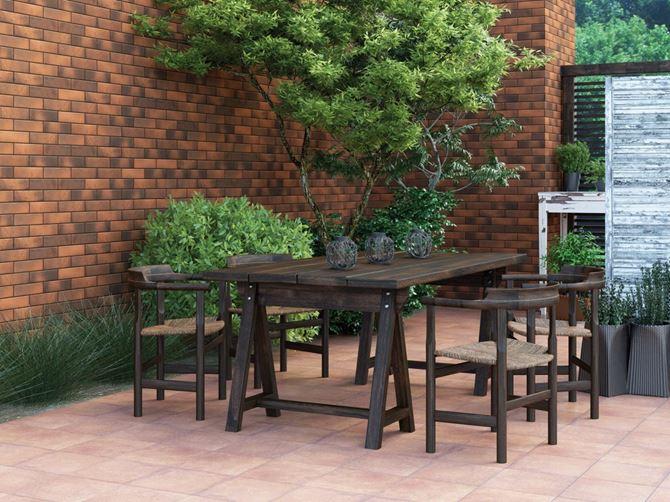 Drewniany stół w ogrodzie