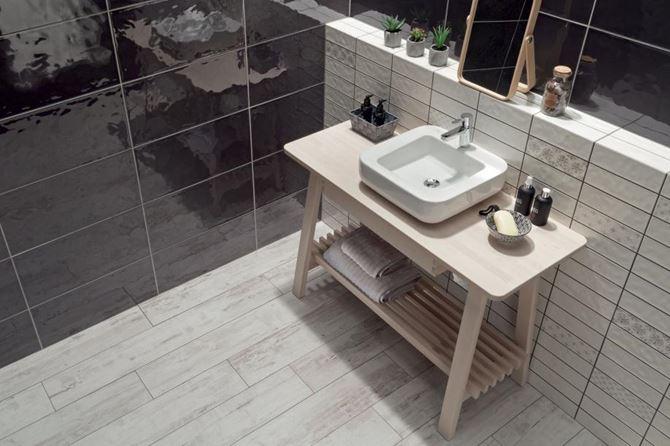 Czarno-biała łazienka z połyskliwymi płytkami Tubądzin Amalia