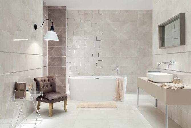 Kremowa łazienka z połyskliwymi dekorami