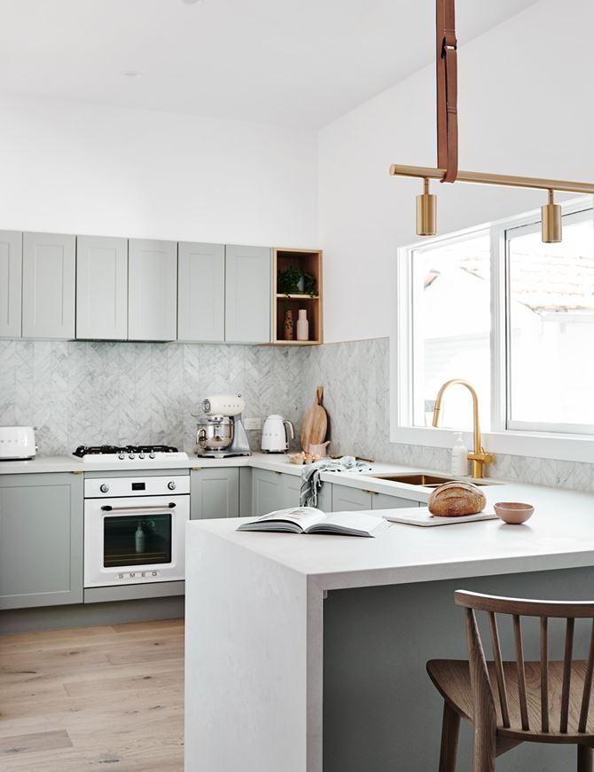 Aranżacja klasycznej kuchni z widokiem. Fot. Norsu Interiors
