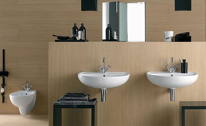 Łazienka w drewnie z podwieszaną ceramiką
