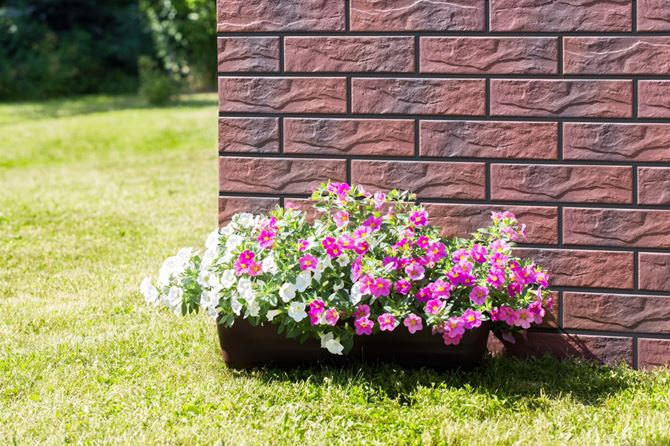 Ściana w ogrodzie z płytką Country Wiśnia rust