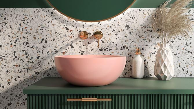 Łazienka z różową umywalka nablatową Bocchi Venezia