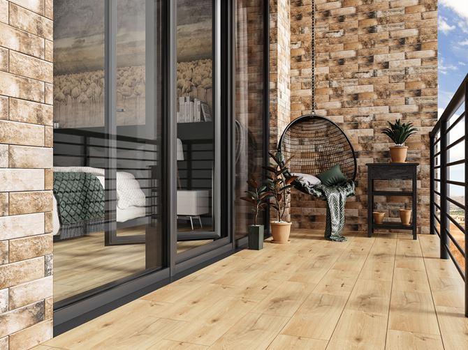 Minimalistyczny balkon w drewnie i cegiełce