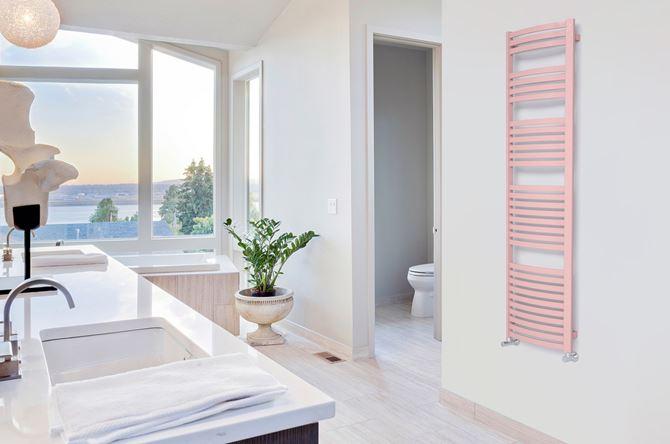 Jasny salon kąpielowy z pastelowym grzejnikiem. Fot. Terma