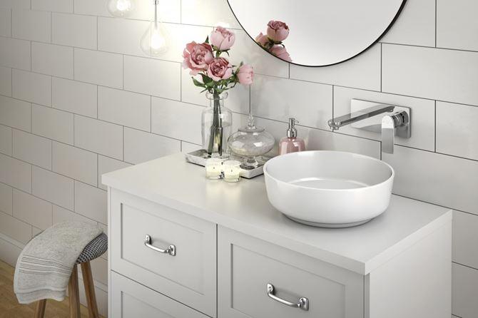 Romantyczna aranżacja białej łazienki z armaturą Pinea