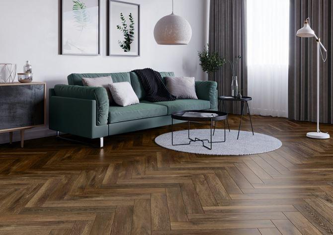 Elegancki salon z podłoga w kolorze ciemnego brązu
