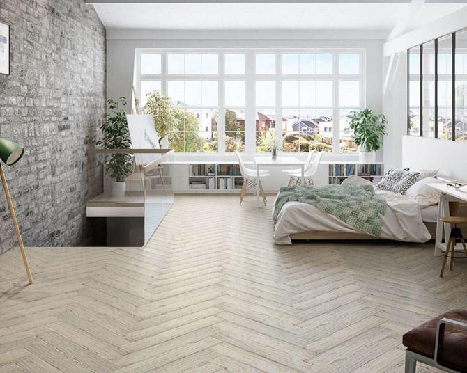 Przestronna sypialnia z wykorzystaniem płytek drewnopodobnych Paradyż Herrera