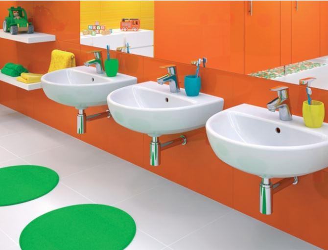 Umywalki dostępne dla dzieci powinny być dopasowane do ich wzrostu. Fot. Koło