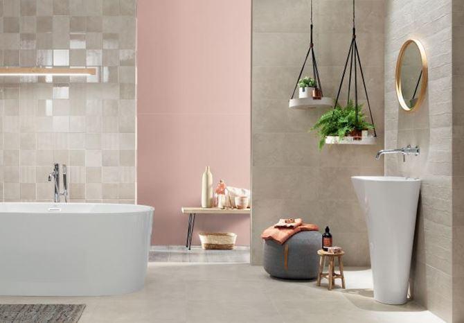 Aranżacja łazienki z subtelnymi dekorami