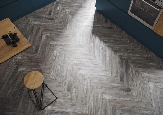Podłoga w kuchni z płytą imitującą drewno