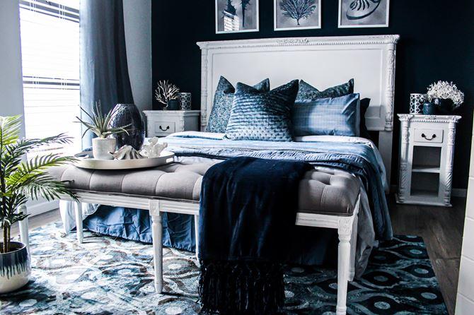 Granatowa sypialnia w stylu glamour