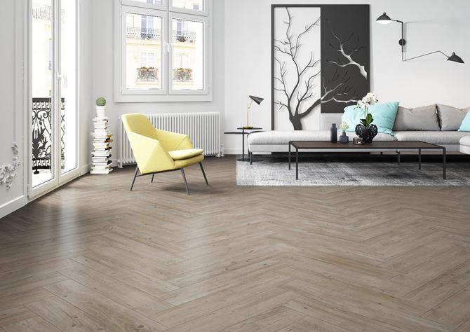 Przytulne, beżowe drewno w salonie - Cerrad Laroya
