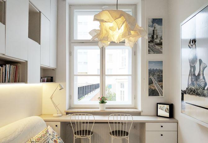 Biały pokój do pracy z biurkiem pod oknem