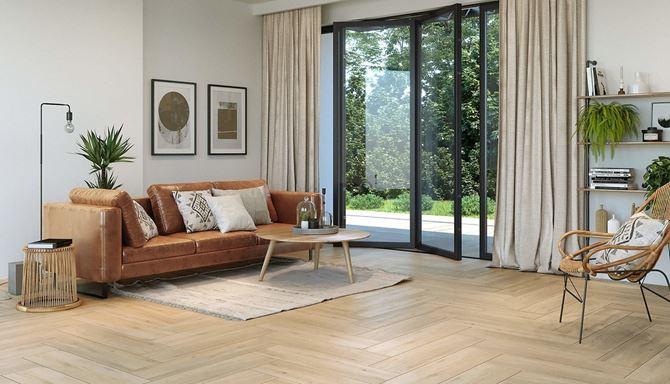 Przestronny salon wypoczynkowy w drewnie
