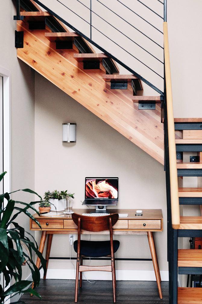 Drewniane biurko do pracy pod schodami