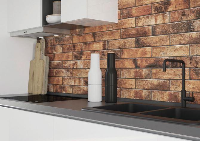 Ściana nad zlewem w industrialnej kuchni w płytkach klinkierowych